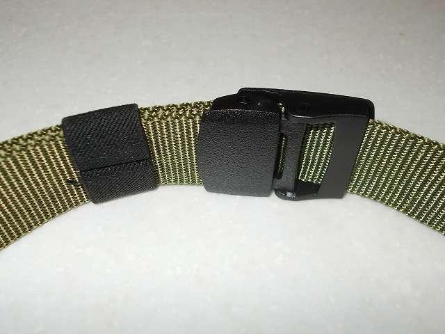 ウィベルタ WIBERTA ナイロンベルト フリーサイズ グリーン 樹脂製バックルにベルトを通してワンタッチ装着(ベルト装着視点)