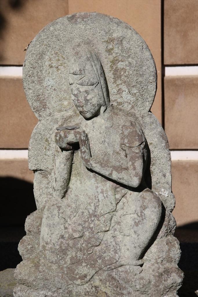 前庭の石像_5