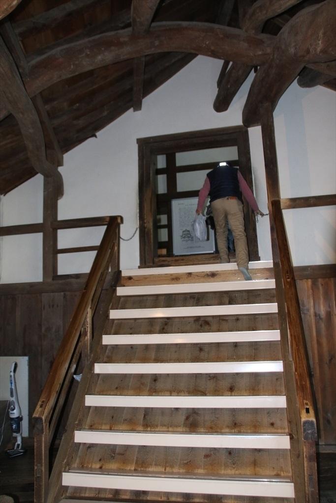 このやや急勾配の階段を上がって、天守内部に進む