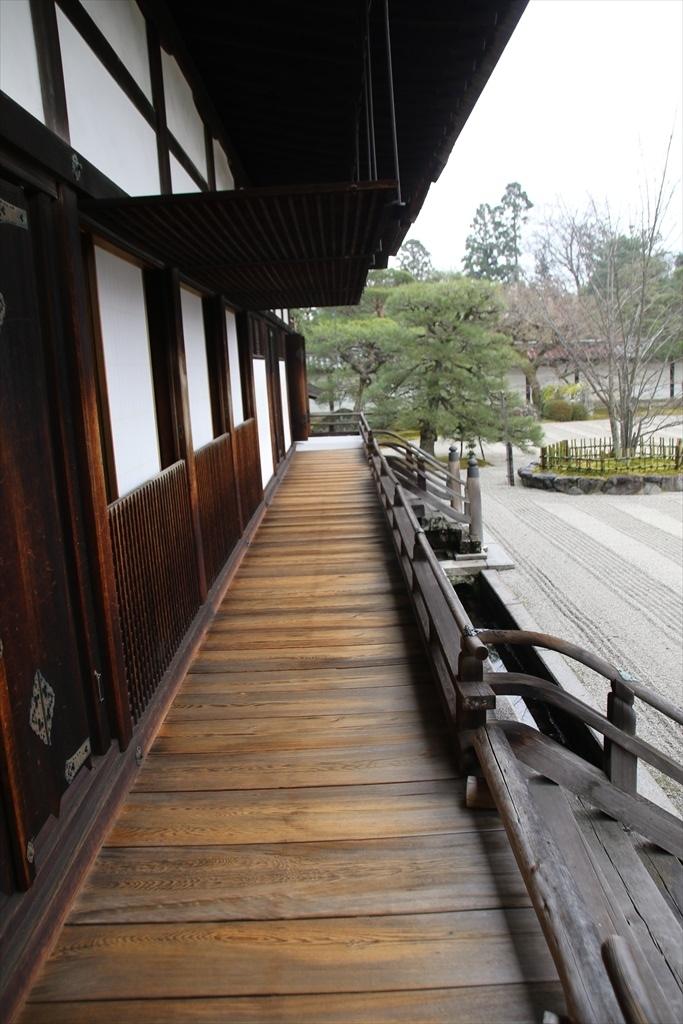南側廊下と南庭越しの景観_1