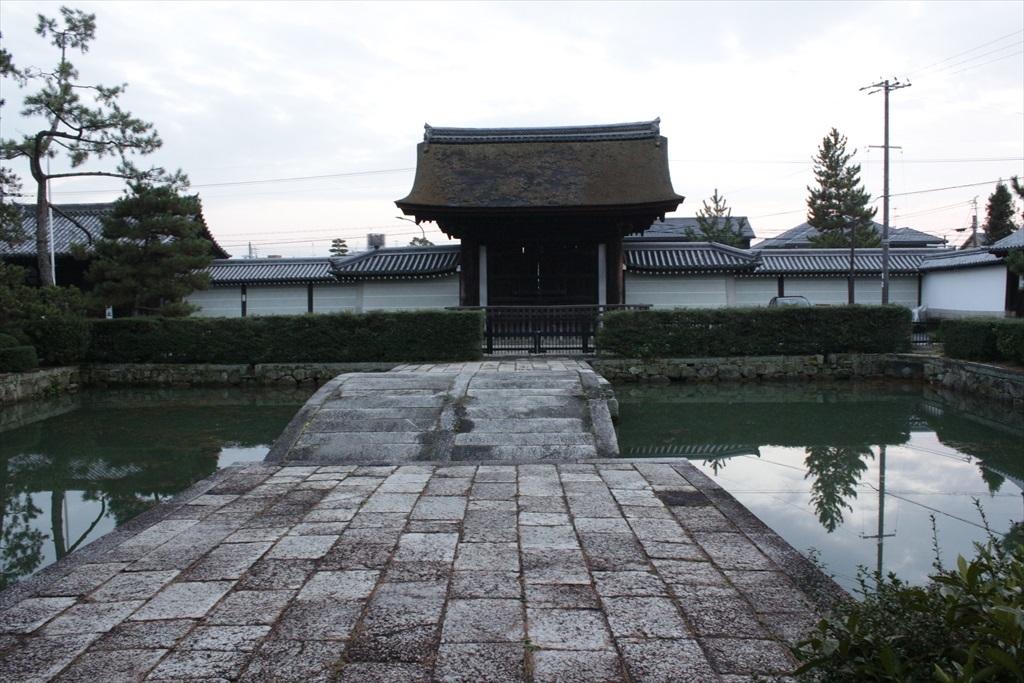 放生池と勅使門 国指定の重要文化財(建造物)