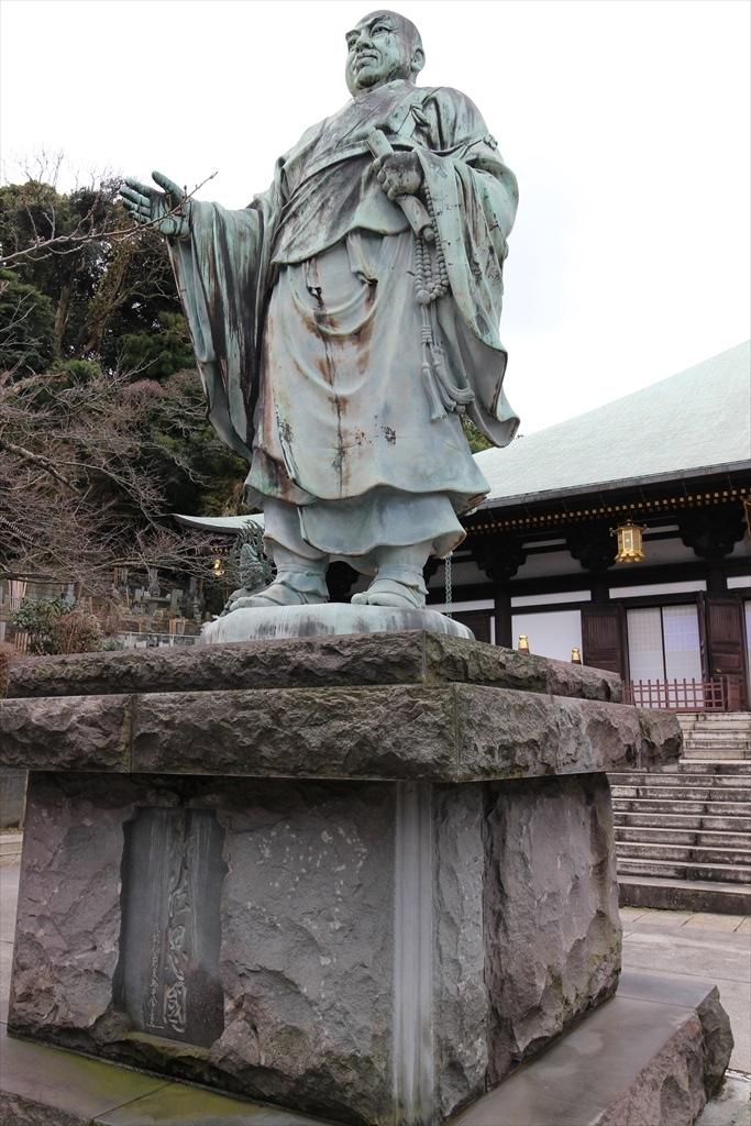 本堂前の日蓮聖人像と四天王像_1
