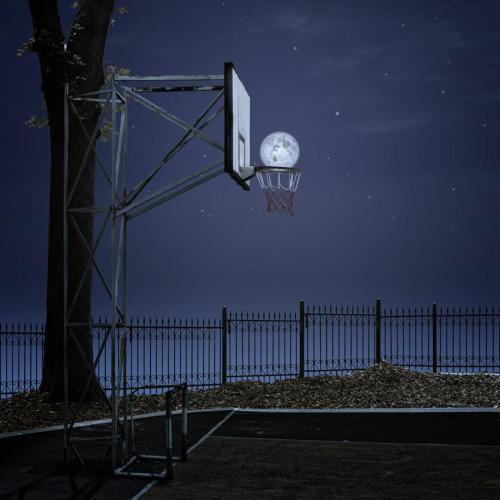 バスケットゴールに満月が