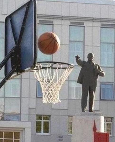 銅像が投げたように見えるボールがIN
