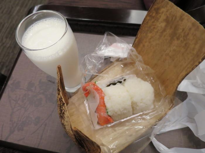伊丹空港 サクララウンジ 塩むすびと紅鮭