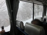 雪の中走るバス