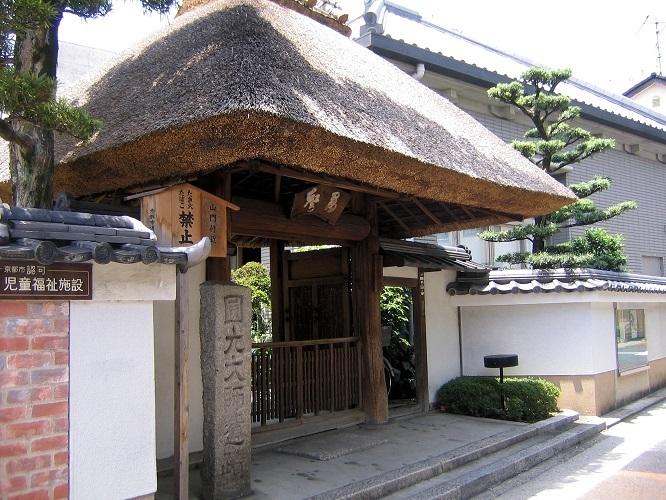 西光寺の見事な萱葺きの表門