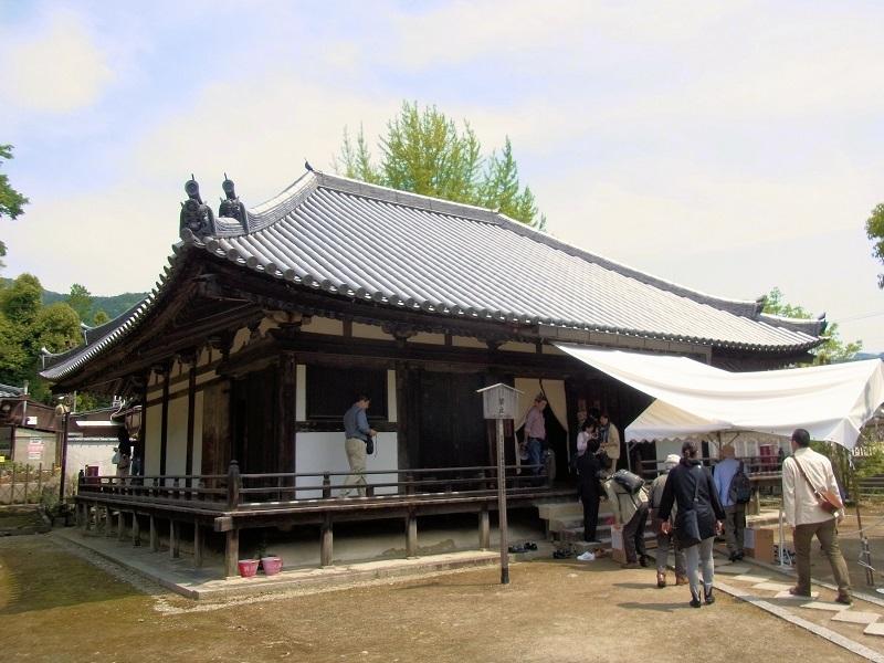 秘仏薬師像拝観の人で賑やかな法界寺・薬師堂