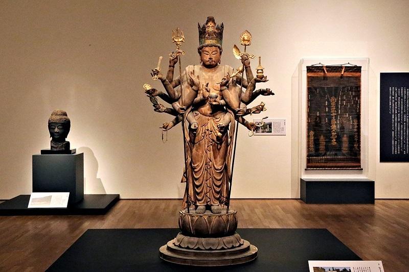 展示室のど真ん中に、360度ビューで展示されていた黒田観音寺・伝千手観音像
