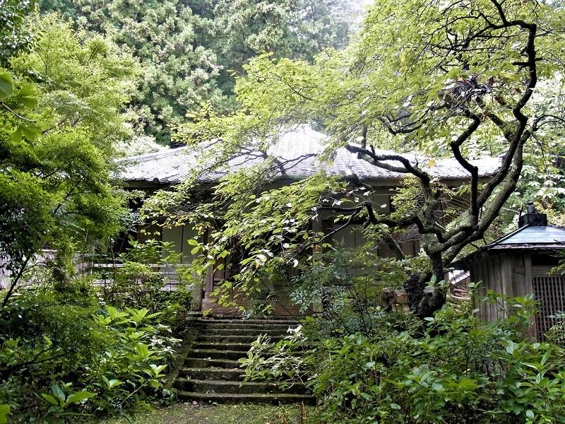 緑濃い樹々に囲まれた戒長寺