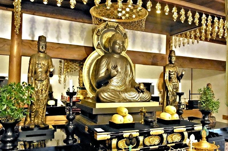正暦寺本堂に安置される薬師如来像(新造)と日光月光菩薩像