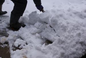 170115雪かきする主人