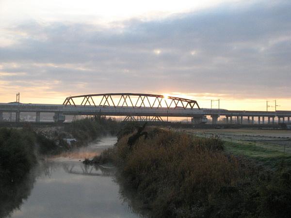 初日の出と新幹線