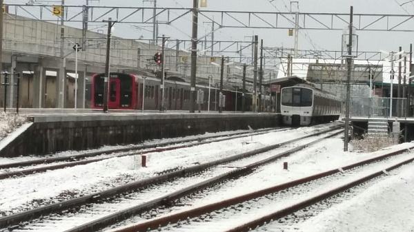 813系811系駅と雪
