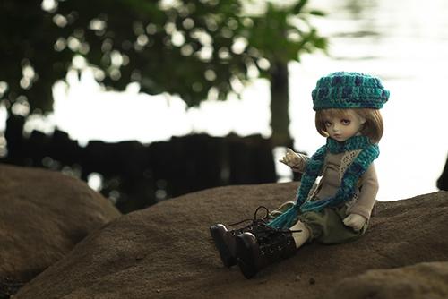 ROSEN LIED、Tuesday's child、通称・火曜子のチェルシー。森ボーイ風のお洋服で、森のような公園へ行きました。池のほとりで、ひとやすみ。