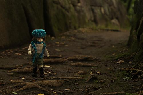 ROSEN LIED、Tuesday's child、通称・火曜子のチェルシー。森ボーイ風のお洋服で、森のような公園へ行きました。森の小径を歩くチェルシー。