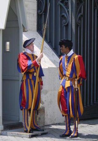 ローマ教皇庁の伝統的衣装のスイス衛兵。