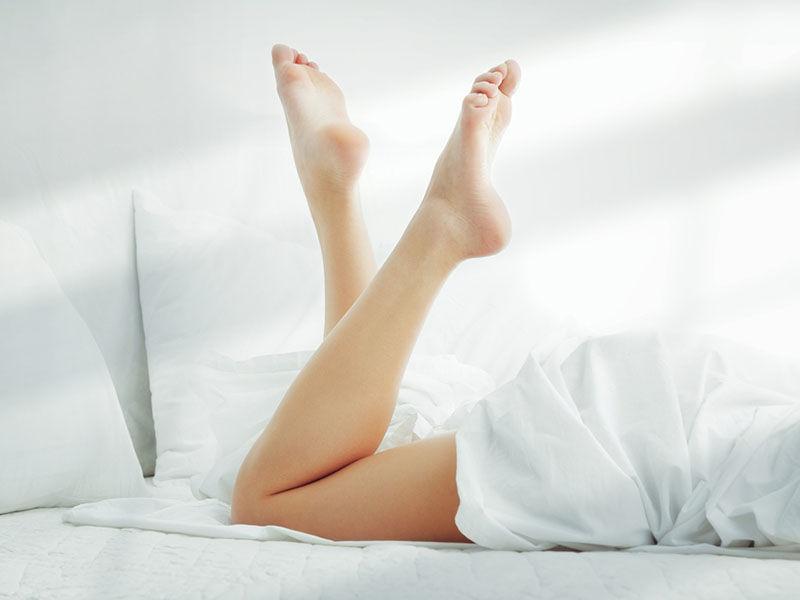 女性 足 寝転ぶ