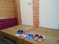 【写真】トイレ前の一列に揃えて並べられた4足のスリッパ