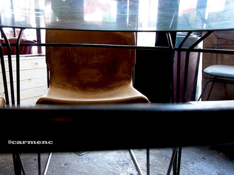 ガラステーブルと革チェアー