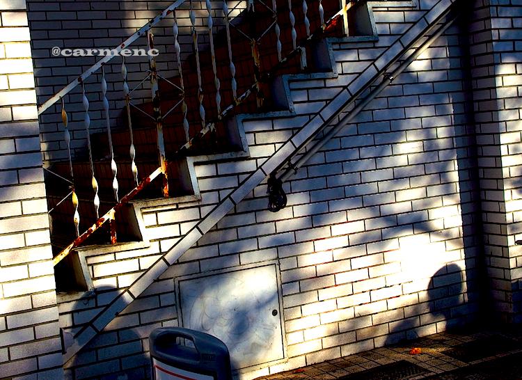 錆びた手摺のビルに人の影