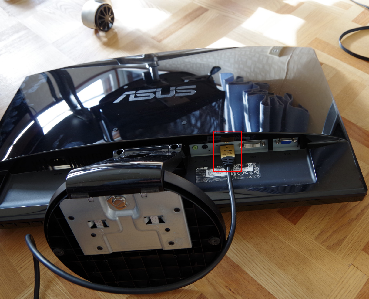 PCモニター。HDMIケーブルを繋いだところ。