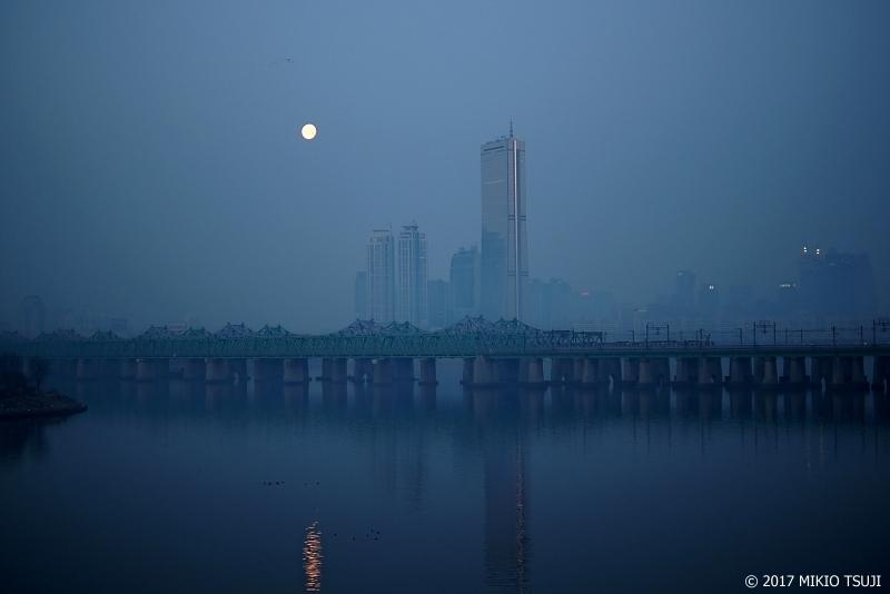 絶景探しの旅 - 0085 明け方の月と霧の漢江(ソウル市 龍山区)
