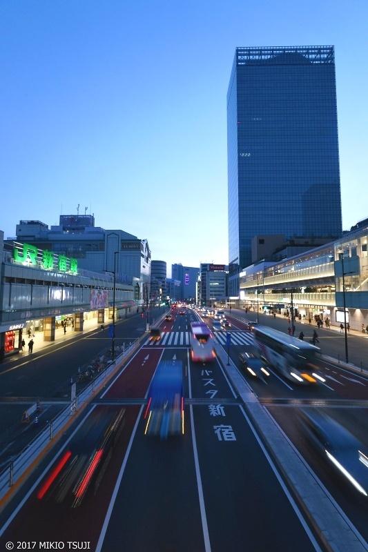 絶景探しの旅 - 0096 朝の鼓動 (新宿駅南口・バスタ新宿前)