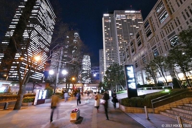 絶景探しの旅 - 0100 冬の高層ビル街の満月 (東京都 新宿区)