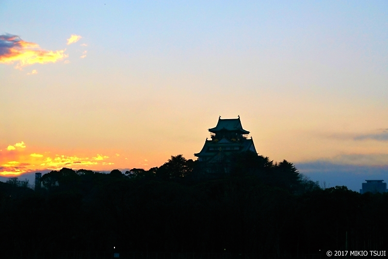 絶景探しの旅 - 0122 夕暮れシルエットの大阪城 (大阪市 中央区)